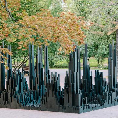 «Черный лес»: инсталляция Алексея Мартинса установлена в Парке Горького