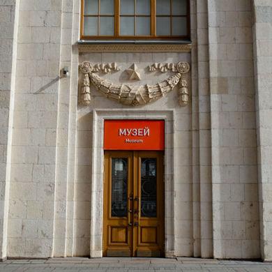 «И расцветает мир движением руки» – на выставке живописи в Парке Горького