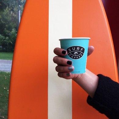 На песке, с можжевельником и апельсиновым соком – где пить кофе этой осенью?