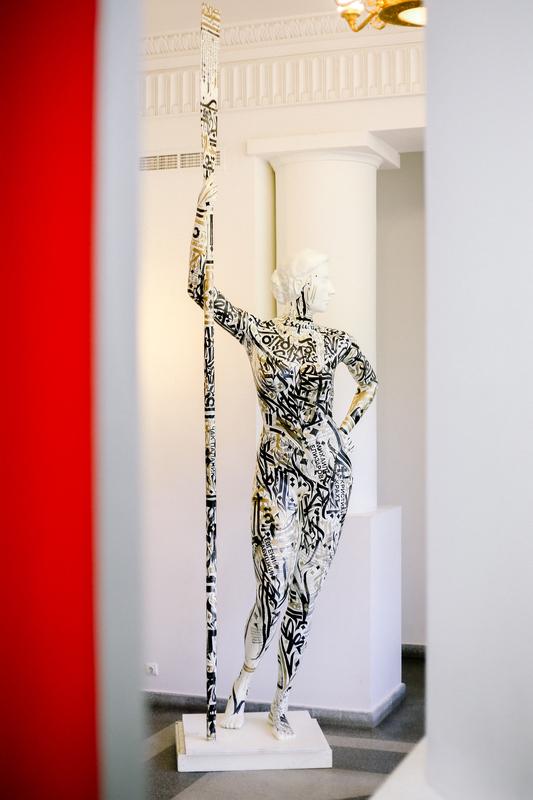 К 90-летию Парка Горького создали 3D-модель «Девушки с веслом» в натуральную величину: Покрас Ломпас «одел» ее в каллиграфити